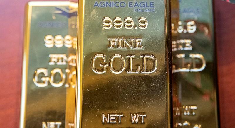 Kittilän kaivos aikoo nostaa kullantuotantoaan noin 8 000 kiloon eli yli 300 kultaharkkoon vuodessa. Kuvan kultaharkot eivät ole oikeita, niitä pääsevät näkemään vain harvat.