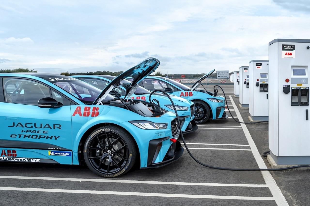 ABB devient le partenaire de charge officiel de la série Jaguar I-PACE eTROPHY, premier championnat international de voitures électriques de série