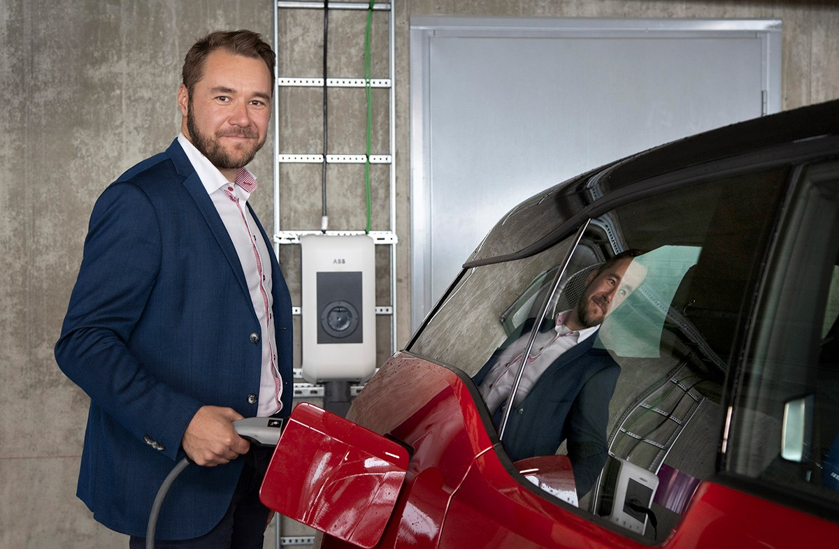 Global Operations Manager Vesa Kandell ABB:ltä lataa täyssähköautonsa työpäivän aikana ABB:n latauspisteillä Pitäjänmäellä.