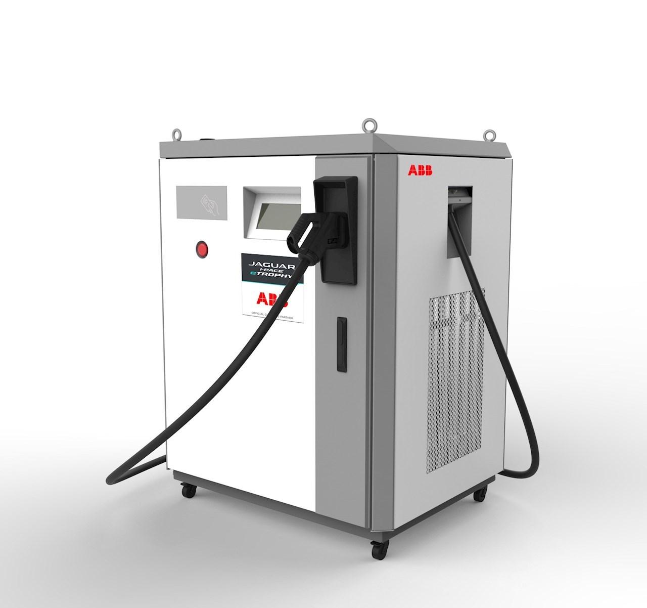 재규어 I-페이스 e트로피 시리즈 레이싱 팀들은 ABB가 맞춤 제작한 테라 DC 급속 충전기를 사용해 전기 차량을 급속 충전할 수 있다.
