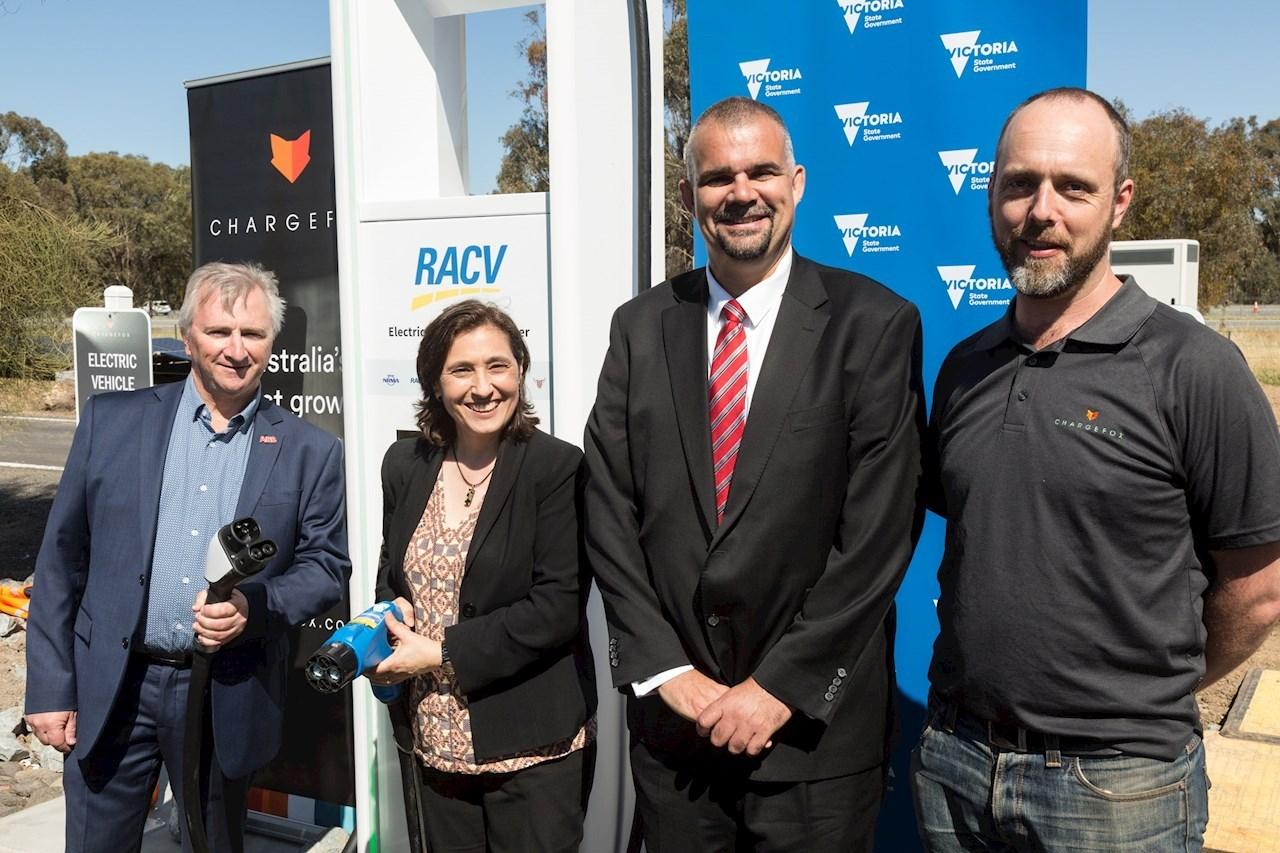 """L-R Steve Amor, Решения за инфраструктура за електромобили за АББ в Австралия, Почитаемата Лили Д'Амброзия, Министър на енергетиката, околната среда и климатичните промени, Дейвид Съливан, Управител на дивизия """"Продукти за електроснабдяване и електрообзавеждане"""" за АББ Австралия и Евън Бийвър, Управител по оборудване за зареждане в Chargefox"""