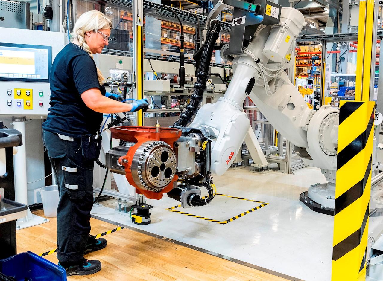 """Gränserna för de olika säkerhetszonerna utgörs oftast av en slags """"ljusbommar"""", där sensorer i rummet omringar roboten och varnar samt anpassar robotens rörelsemönster och hastighet om någon passerar gränsen"""