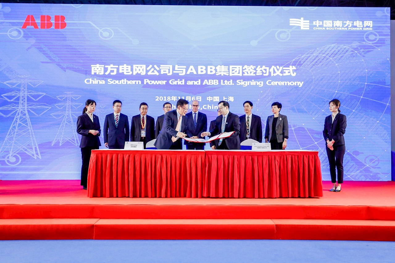 Zhang Jinquan (pictured front left), Head of Power Grids Division, ABB China at the signing ceremony with Li Qingjiang, Deputy GM, EHV Power Transmission Company of China Southern Power Grid.