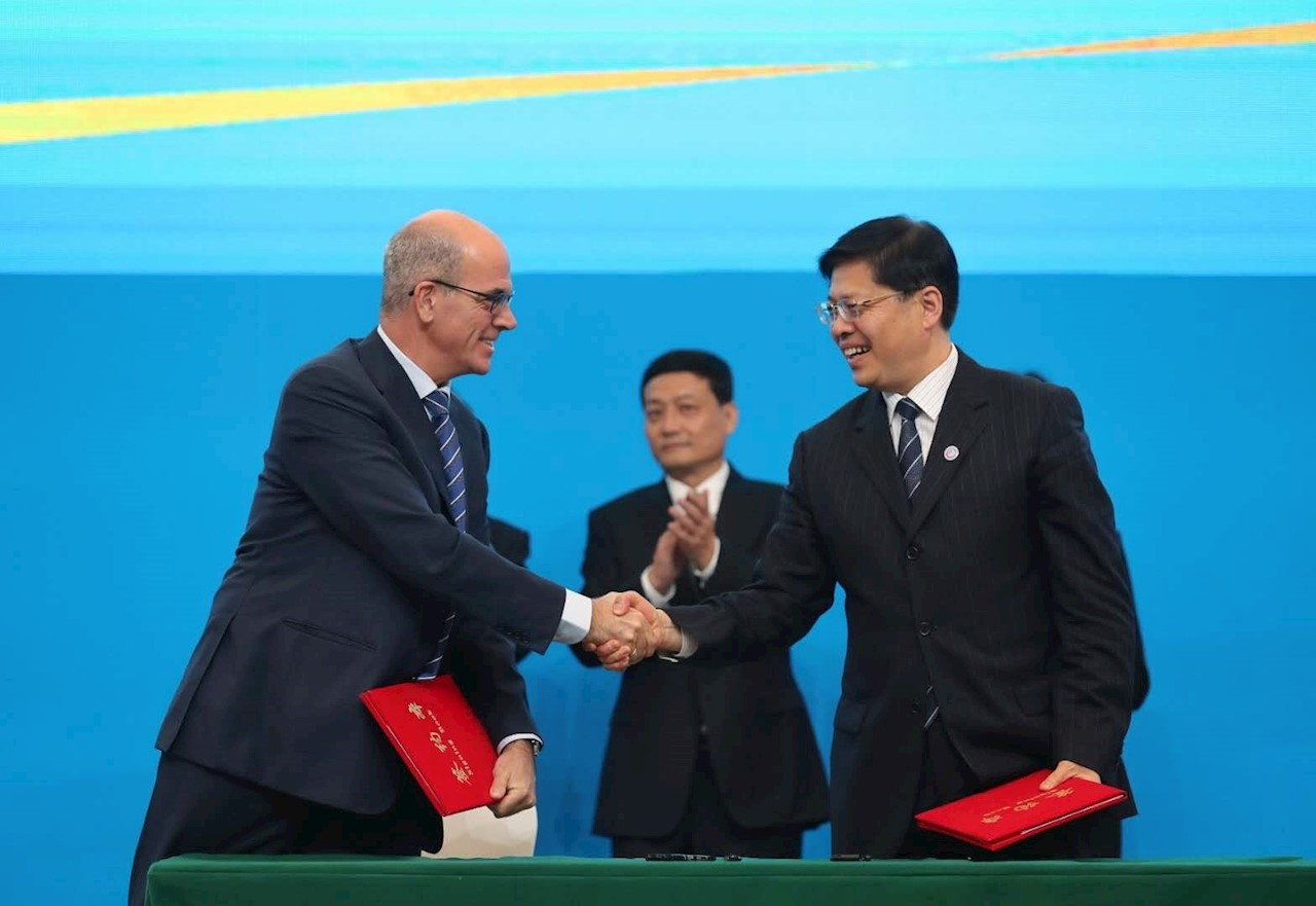 Claudio Facchin (pictured left), President of ABB's Power Grids division, shakes hands with Han Jun, Executive Vice President of State Grid Corporation of China.