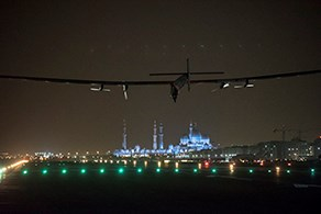 Solar Impulse lands in Abu Dhabi (© Solar Impulse / rezo.ch)