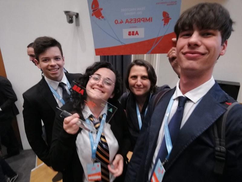 Parte del Team mostra con orgoglio il Premio ABB Impresa 4.0