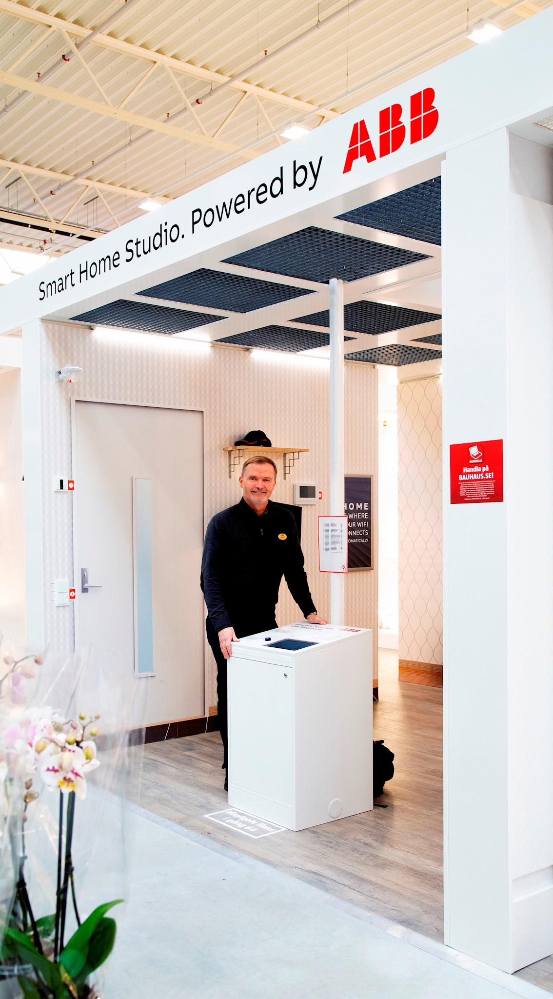 Ralf Späth, ABB, demonstrerar Smart Home Studio i Bauhaus nya butik i Malmö. Foto: Charlotte Carlberg Bärg.