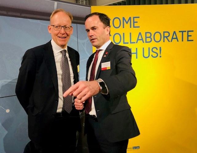 Fr v: Johan Söderström, vd för ABB Sverige, tillsammans med Jochen Köckler, styrelseordförande i Deutsche Messe AG.