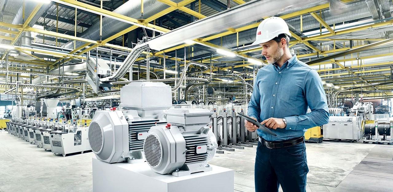 Moteur ABB connecté avec l'ABB Ability™ Smart Sensor, qui fournit des données clefs sur l'état de fonctionnement et la performance du moteur.