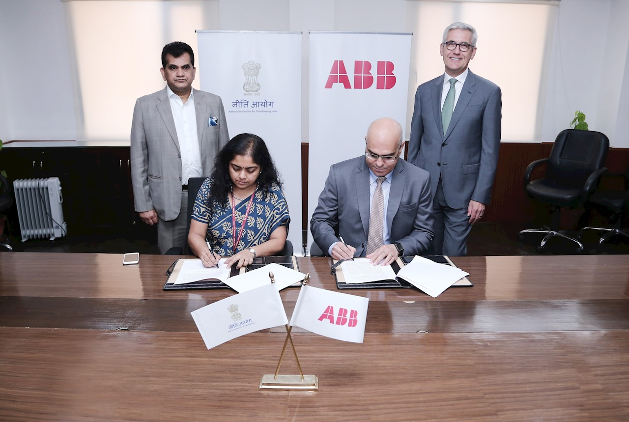 Anna Roy of NITI Aayog and Sanjeev Sharma, Managing Director, ABB India signing the statement of partnership in advanced manufacturing technologies, including digital and AI, in New Delhi today, in the presence of Amitabh Kant, CEO of NITI Aayog and Dr. Ulrich Spiesshofer, CEO of ABB.