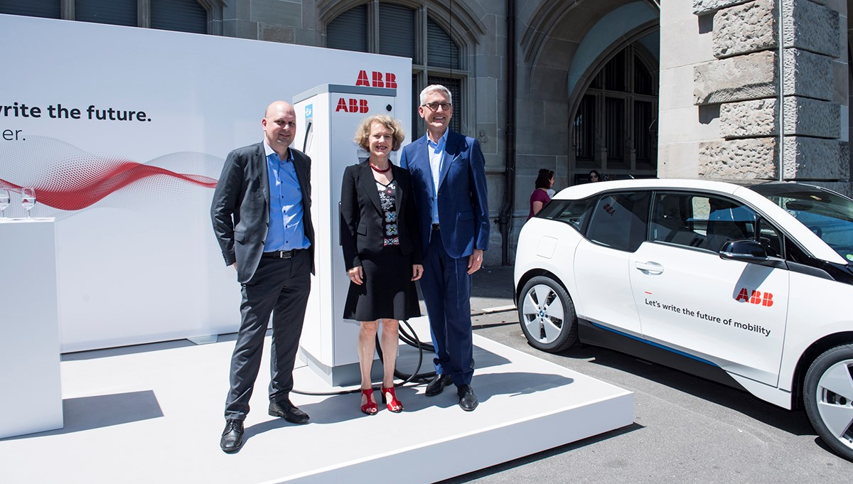 Michael Baumer, City Councilor and Head of the Department of Public Utilities and Transport; Corine Mauch, Mayor of the city of Zurich; Ulrich Spiesshofer, CEO of ABB