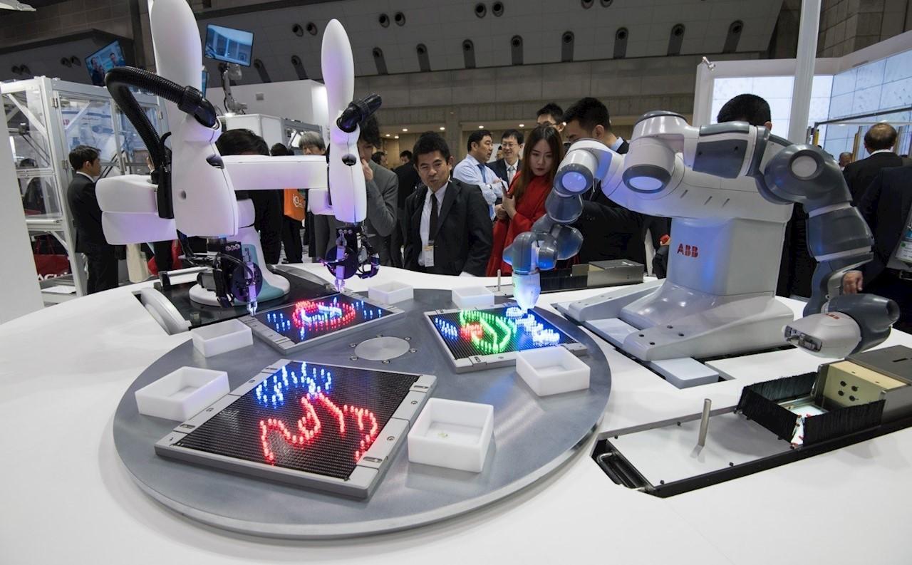 """En gemensam demonstration av kollaborativ automation vid östra ingången till automatica där Kawasakis unika och innovativa tvåarmade SCARA-robot """"duAro"""" arbetar tillsammans med ABB:s tvåarmade robot YuMI®."""