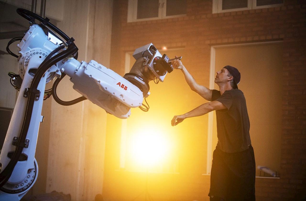 ABB:s industrirobot IRB 6620 dansar med Fredrik