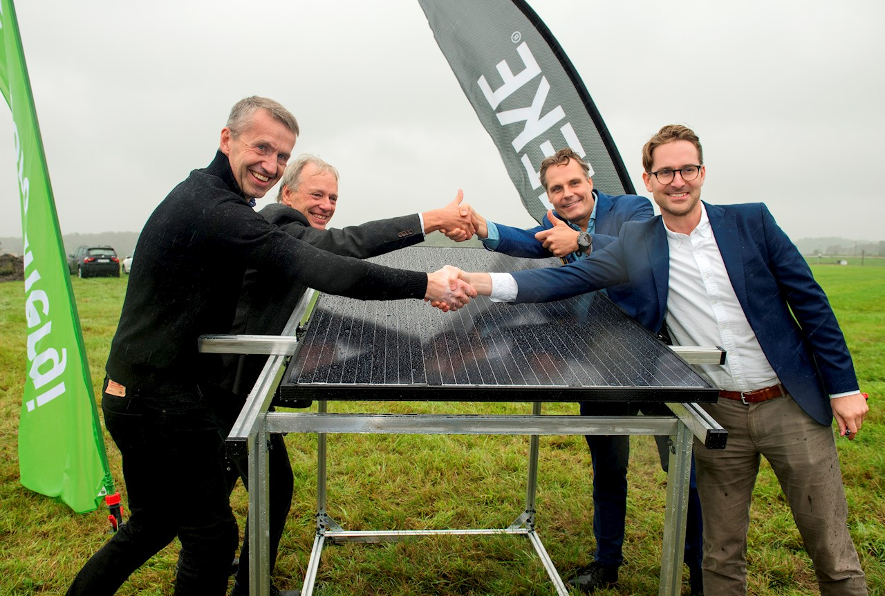 Lennart Carlsson, ABB, Alf Engqvist, Göteborg Energi, Ola Serneke, Serneke and Erik Martinson, Svea Solar put the first photovoltaic panel in place today. Photo courtesy of Anna Rehnberg