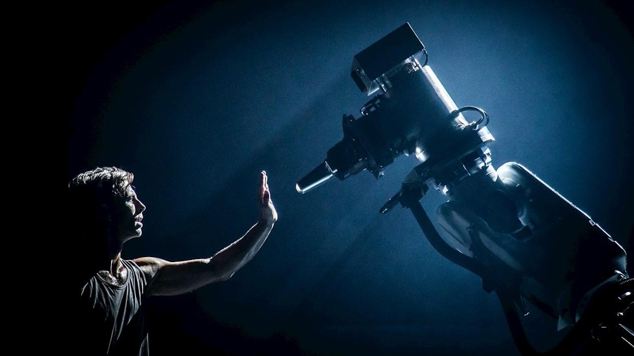 Az ismert svéd koreográfus a világ egyik legnagyobb ipari robotját választotta táncpartneréül