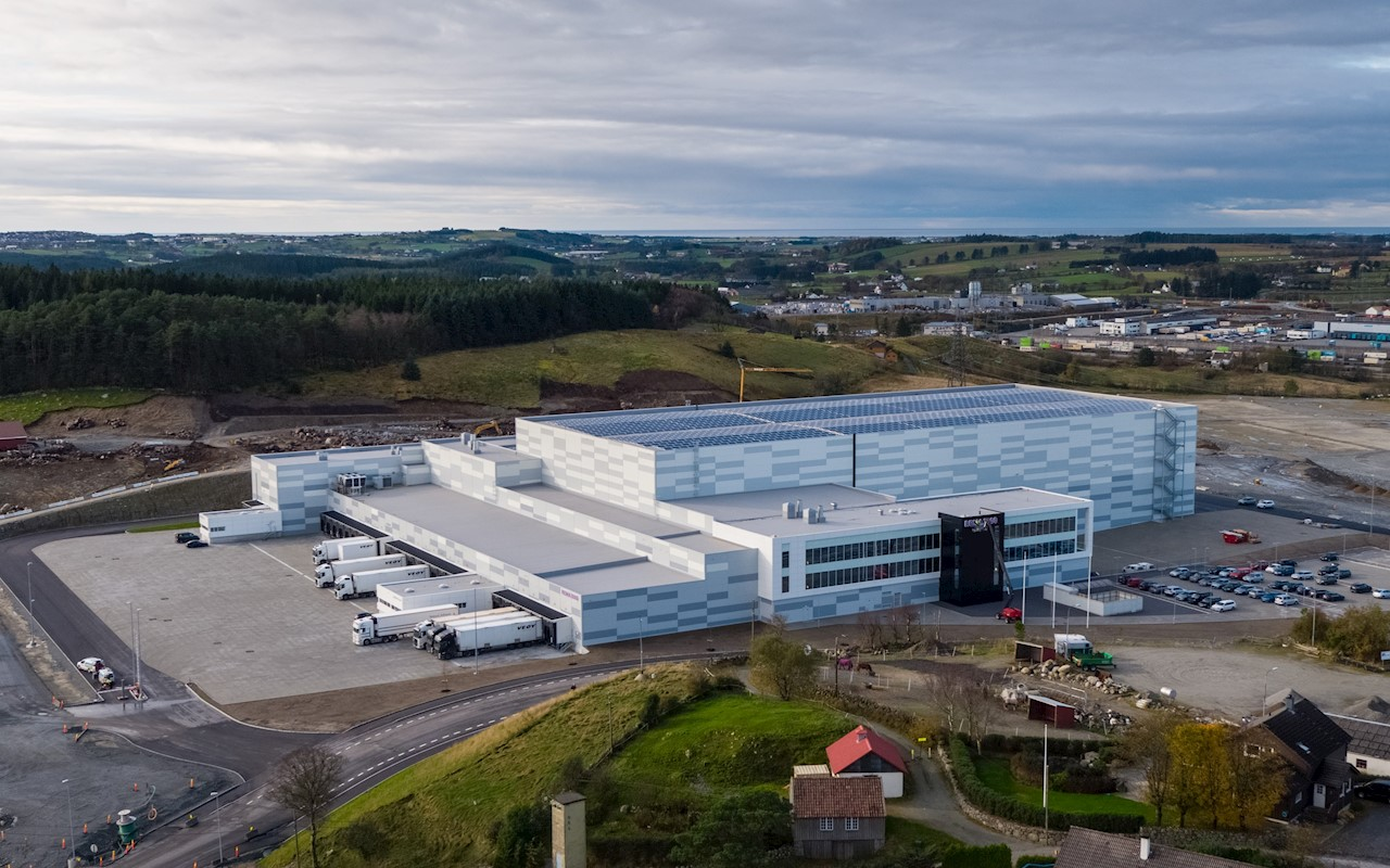 Med solkraftverk på taket og energilagring i både batterier og væsketank, blir REMA 1000 sitt nye distribusjonssenter utenfor Sandnes ekstremt energieffektivt (Foto: REMA 1000)