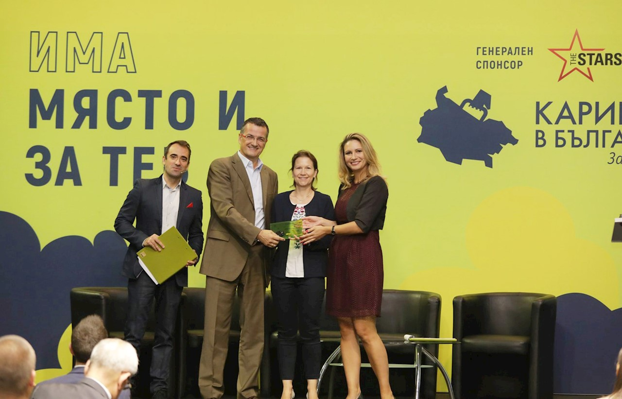 Uwe Tschirner, Factory Manager and Viktoriya Chrorbadzhiyska, Country HR Manager receiving the award for Employer of the Year. Photo by Career in Bulgaria.