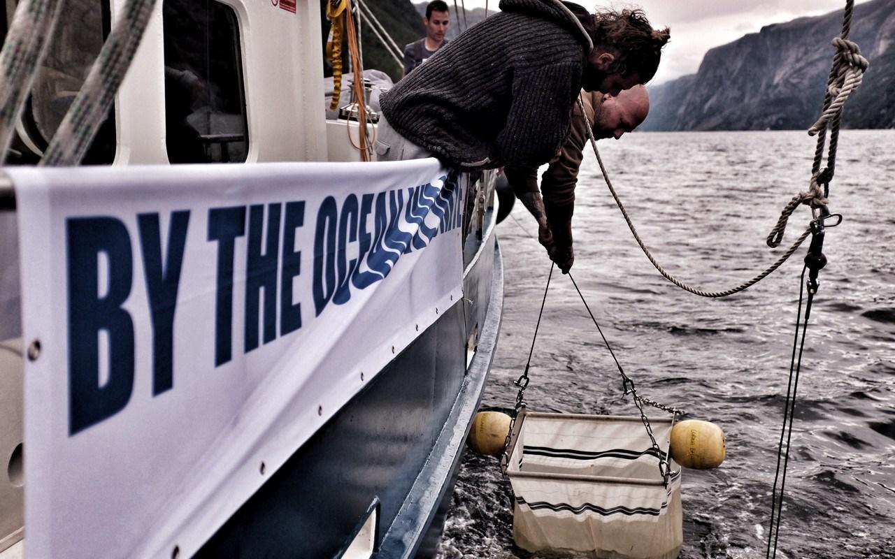 Mannskapet ombord i Fantastiko drar i land trålen som samler opp plastpartikler fra havet (Foto: Estrella Brand)