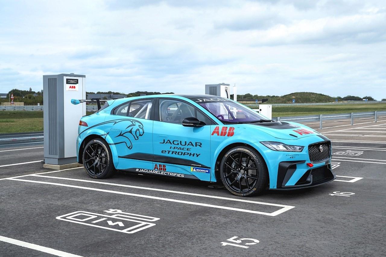ABB devient le partenaire officiel de la série eTROPHY Jaguar I-PACE, la toute première série mondiale de courses tout électriques de voitures de série.