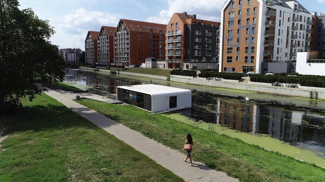 A Motlawa folyó partjához rögzített egylakásos ABB-free@home® apartmanház.