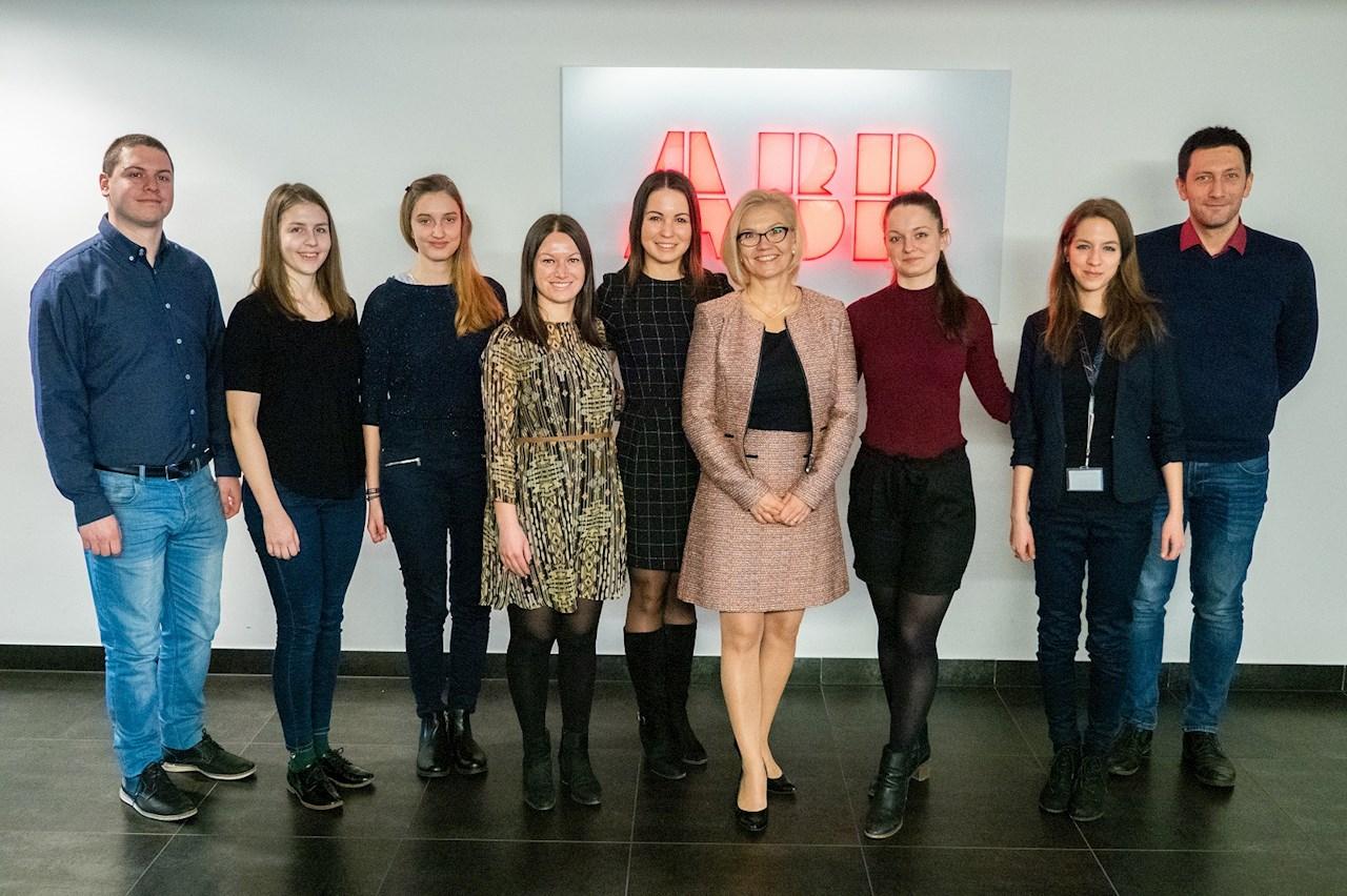 Taira-Julia Lammi az ABB Kft. ügyvezetője (középen), a programban résztvevő diáklányok és a mentorok.