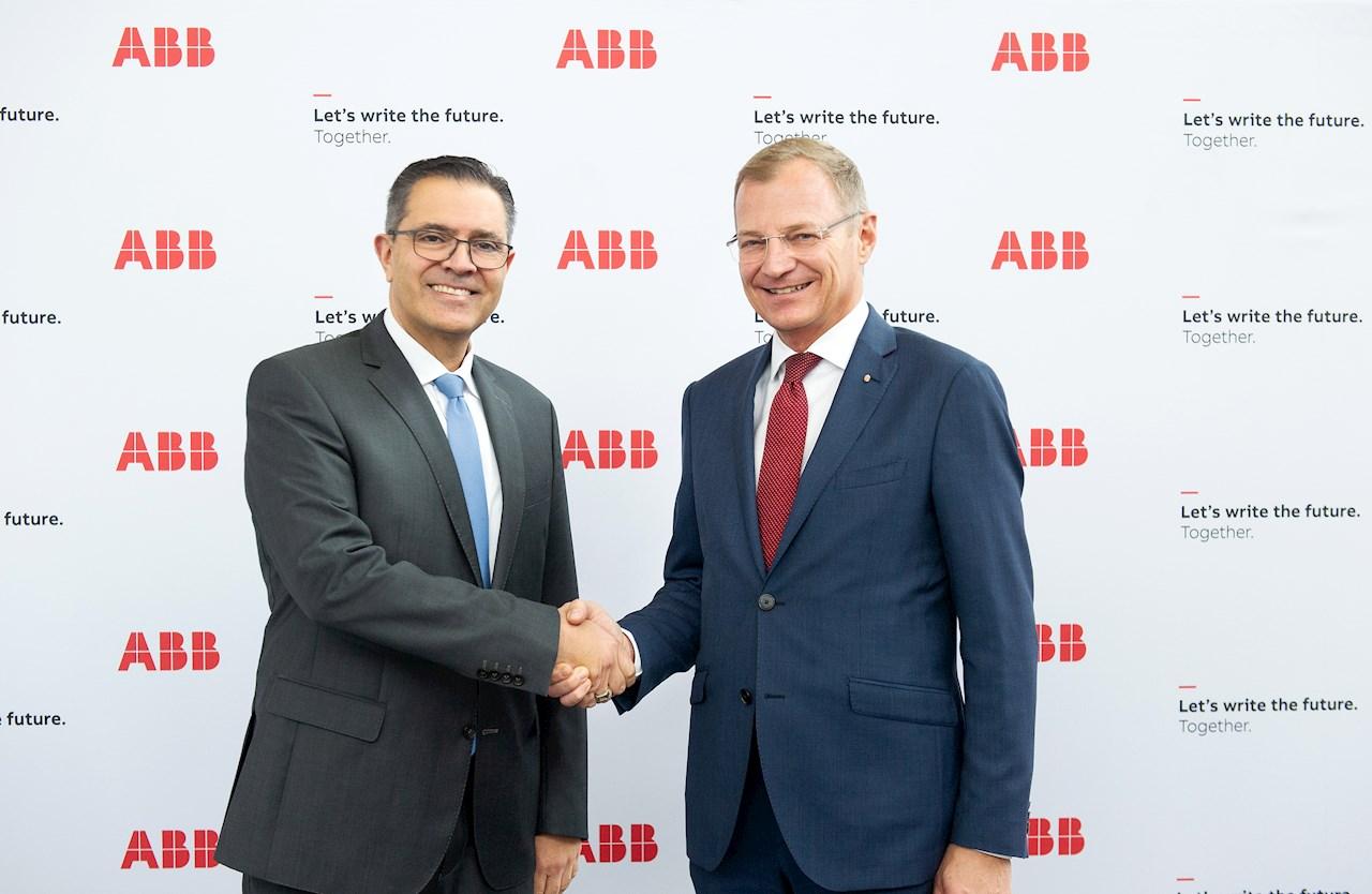 v.l.: Sami Atiya, Mitglied des ABB Konzernvorstands sowie President, Robotics & Discrete Automation Business und Oberösterreichs Landeshauptmann Thomas Stelzer in der Konzernzentrale von ABB in Zürich