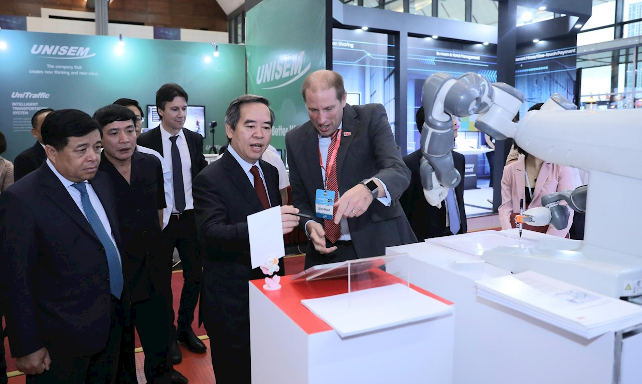 ABB Country Managing Director Brian Hull (first from the right) welcomed visit of Mr. Nguyen Van Binh (second from the right) - Chairman of Vietnam Central Economic Comission - at the ABB booth