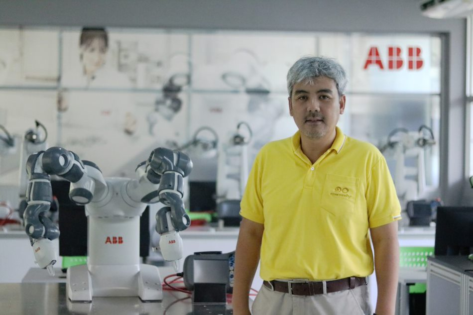 Prof. Tassaphan Suwannatat, the Associate Dean for Administrative Affair & Research and YuMi robot @ its new laboratory
