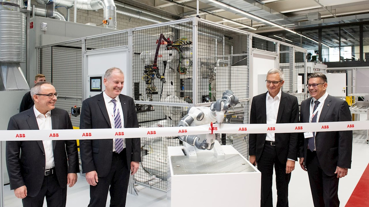 Von links: Ernst Roth, Local Business Line Manager Drives (Motion), ABB Schweiz; Stephan Attiger, Regierungsrat des Kantons Aargau; Robert Itschner, CEO ABB Schweiz; Markus Schneider, Bürgermeister von Baden