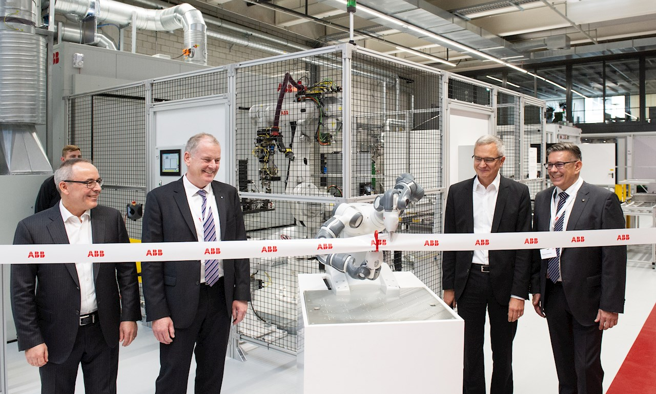 v.l.n.r.: Ernst Roth, Local Business Line Manager Drives (Motion), ABB Schweiz; Stephan Attiger, Regierungsrat des Kantons Aargau; Robert Itschner, CEO ABB Schweiz; Markus Schneider, Bürgermeister von Baden