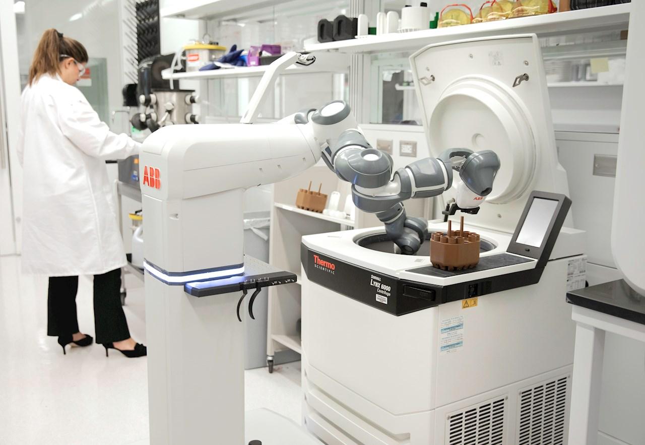 ABBs konsept for en mobil laboratorierobot arbeider med en sentrifuge sammen med mennesker.