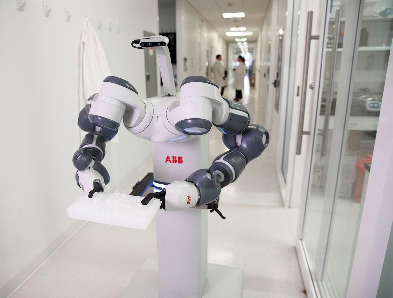 ABBs mobile og autonome YuMi® laboratorierobot kan dele ut medisiner og transportere dem dit de trengs.
