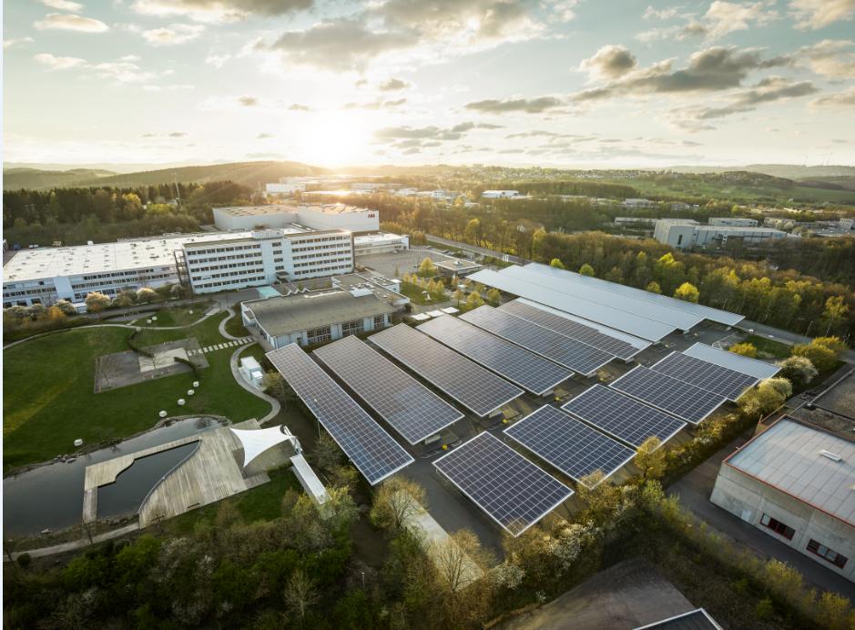 I Lüdenscheid har ABB inte bara installerat ett nytt energistyrningssystem och solcellssystem med växelriktare utan även integrerat andra ABB-tekniker samt satt upp laddplatser där personal och besökare kan ladda sina elbilar gratis.
