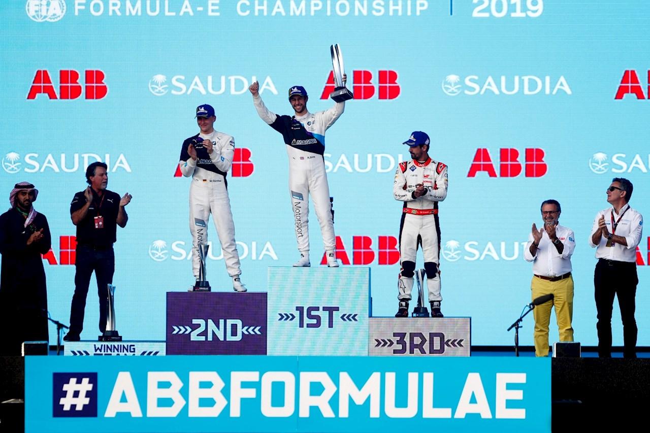Víťazom 2. preteku ABB Formula E v saudskoarabskom meste Dirayah sa stal Alexander Sims z tímu BMW.