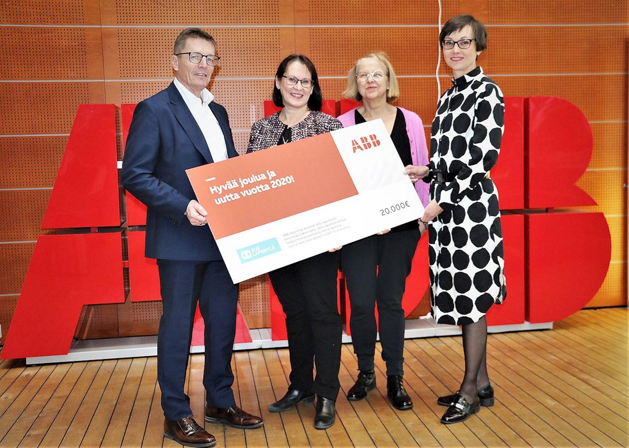 ABB:n lahjoituksen vastaanottivat SOS-Lapsikylältä Annemi Usva-Vänttinen ja Tarja Rehnström (keskellä). ABB:ltä lahjasekkiä luovuttamassa olivat Suomen ABB:n robottiliiketoiminnan johtaja Timo Toissalo ja viestintäjohtaja Satu Perälampi.