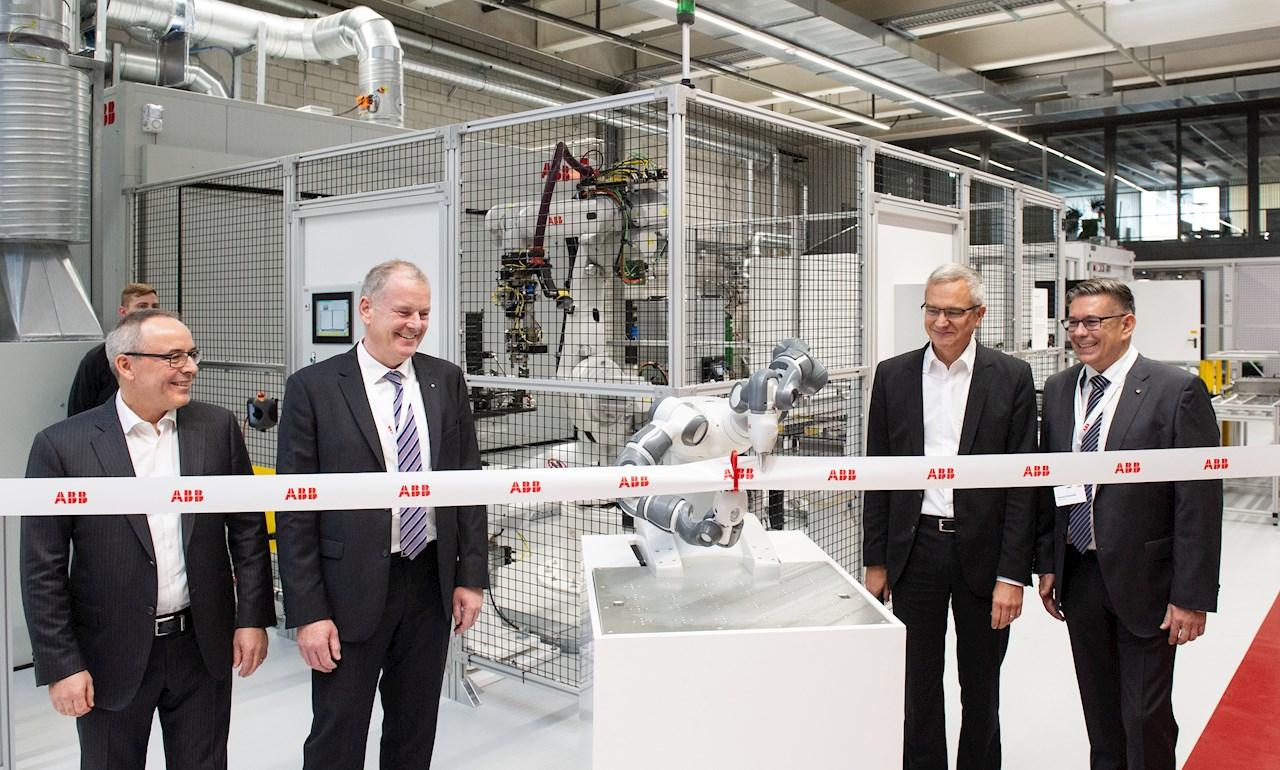 De izquierda a derecha: Ernst Roth, Local Business Line Manager Drives (Motion), ABB Suiza; Stephan Attiger, Concejal del cantón de Aargau; Robert Itschner, CEO ABB Suiza; Markus Schneider, Alcalde de Baden.