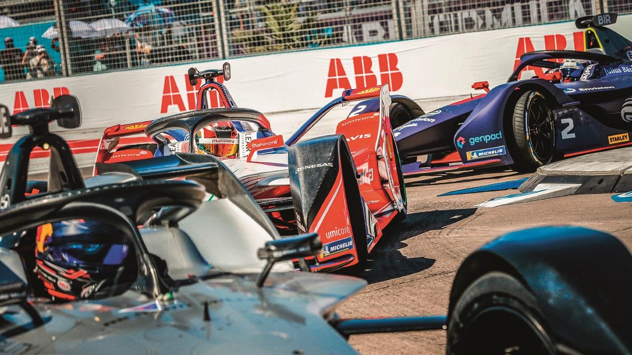 02Adieu au vacarme assourdissant des moteurs de F1 ! Les véhi- cules électriques, ici lors de l'ePrix de Santiago du Chili, allient prouesses technologiques et absence de bruit.