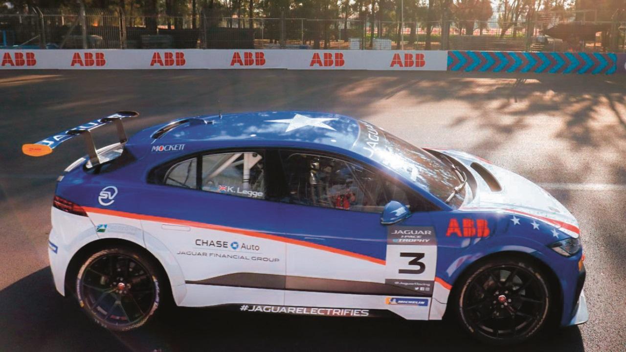 08La version de course du Jaguar I-PACE utilise les chargeurs ABB pour refaire « le plein d'électrons » entre deux courses.