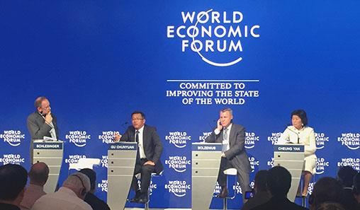 ABB(中国)有限公司董事长兼总裁顾纯元博士(左二)在2015夏季达沃斯论坛上发言