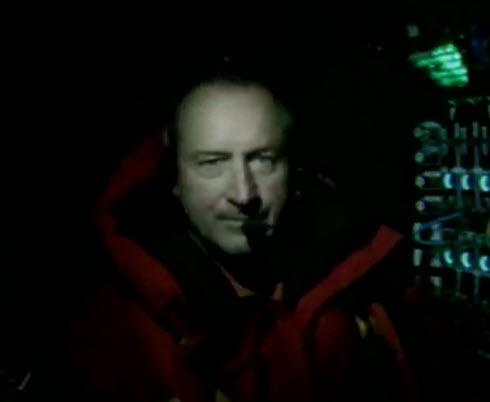 """安德烈•博尔施博格,摄于""""阳光动力2号""""降落夏威夷前的驾驶舱中"""
