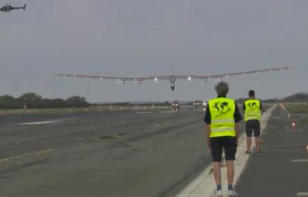 """""""阳光动力2号""""于2015年7月3日在夏威夷欧胡岛降落,结束此次始于日本、历时4天21小时的飞行。"""