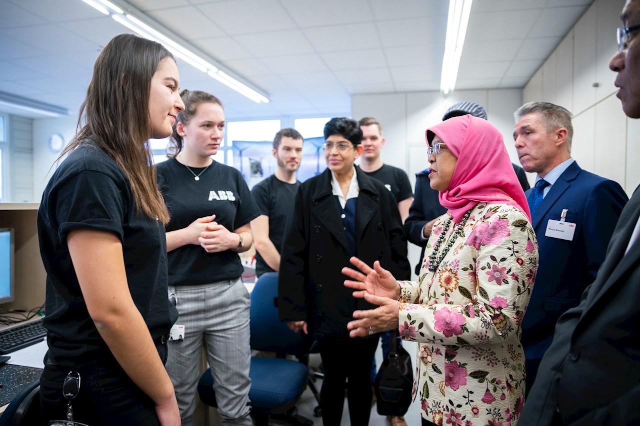 Halimah Yacob suchte im Ausbildungszentrum das Gespräch mit Auszubildenden, um mehr über die duale Ausbildung bei ABB zu erfahren