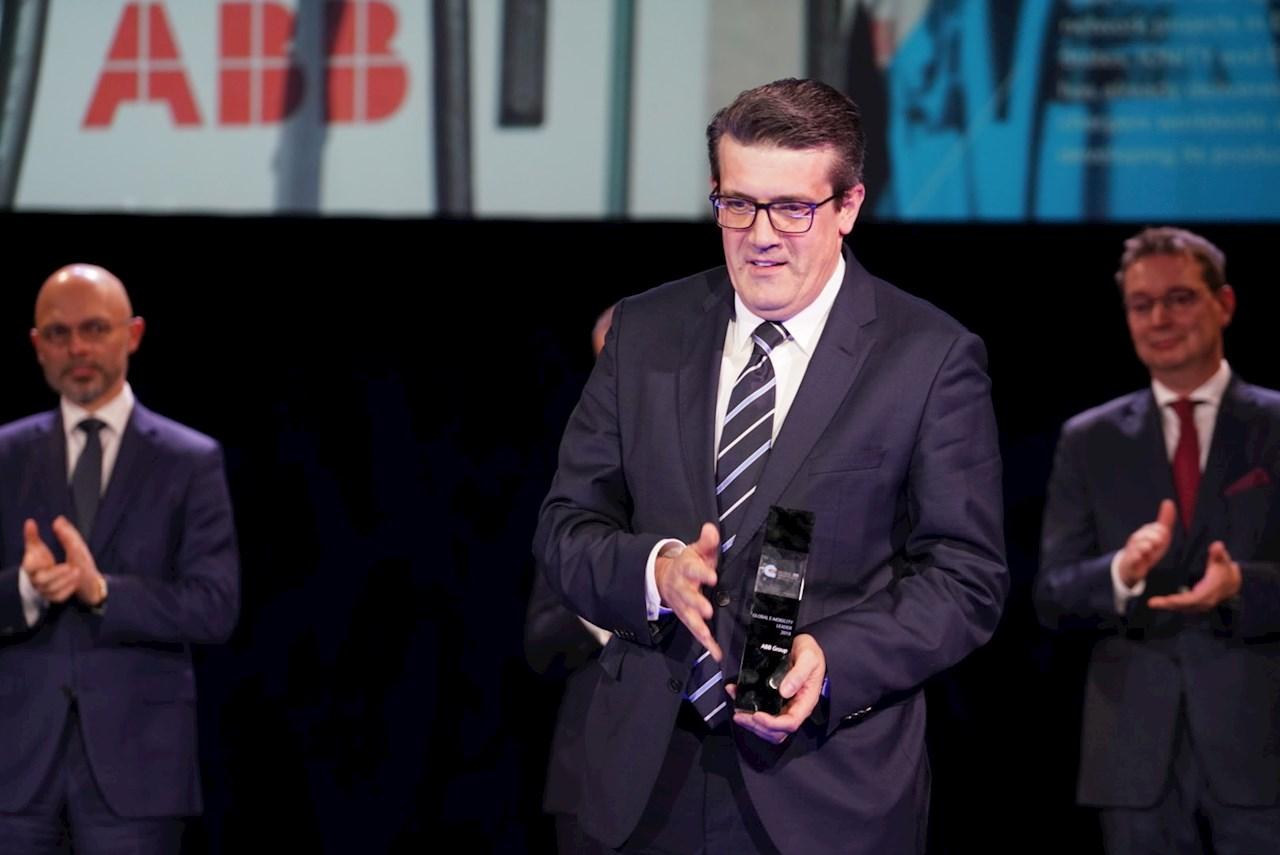 グローバルEモビリティリーダー2019を授賞するABBルーマニアのマネージングディレクターTomasz Wolanowski