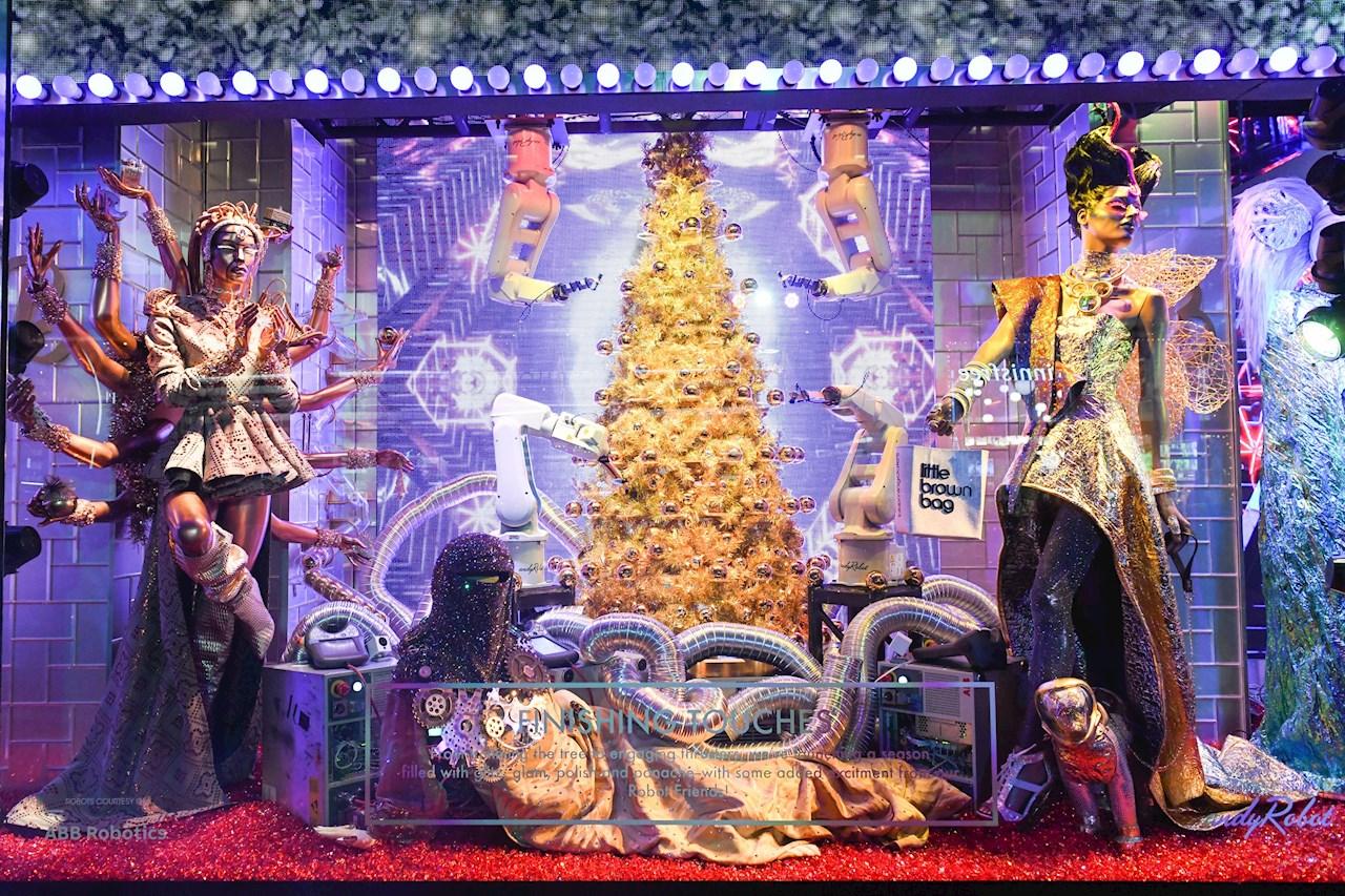 Vier Roboter vom Typ IRB 120 dekorieren einen Weihnachtsbaum im Schaufenster der Kaufhauskette Bloomingdale's