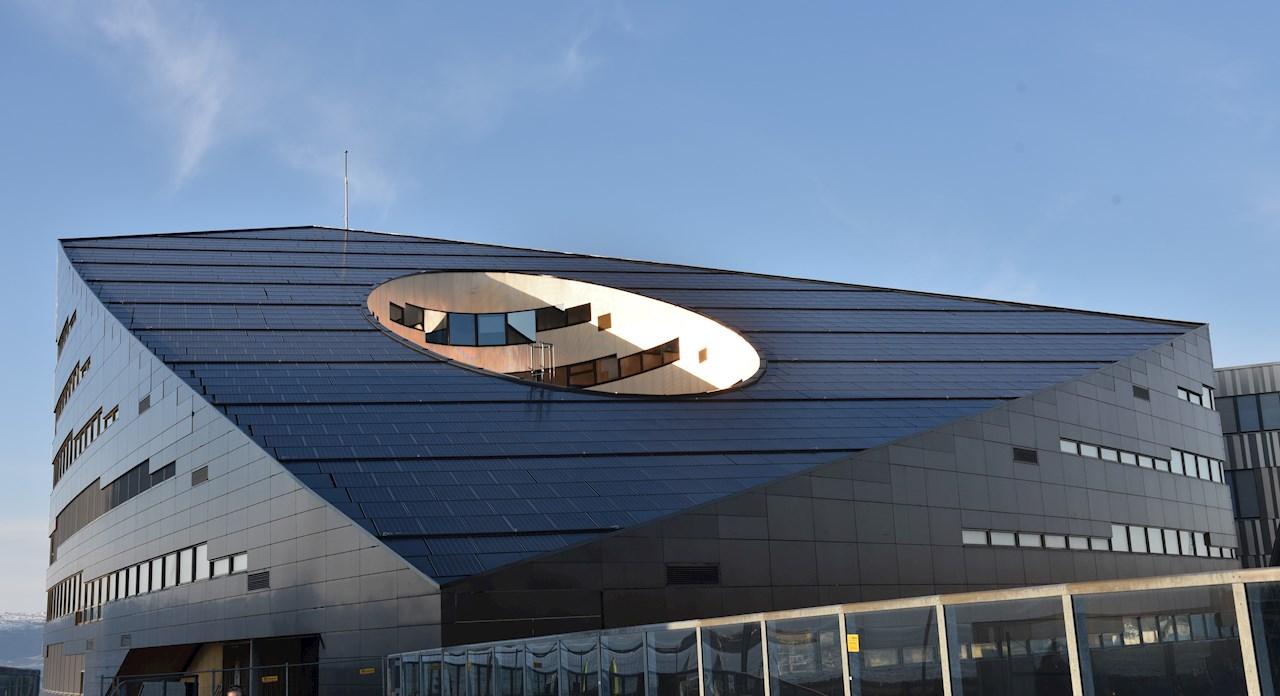 Powerhouse på Brattørkaia i Trondheim er kledd med solceller og produserer mer energi enn det bruker, og bidrar derfor til å skape energipositive bydeler.