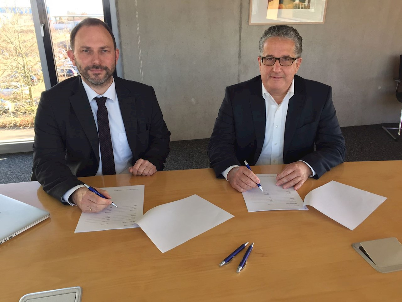 Signing the contract for future collaboration: Gregor Kilian, Head of the Global Product Group Partners & Projects at ABB and Nikolaus Albrecht, CEO of FNT