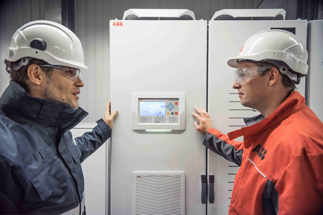 Elektroingenieur Pierre Henveaux, Leiter des Bereichs Hoch- und Niederspannungselektrik bei Inovyn, Jemeppe-sur-Sambre und Simon Lamsens, USV-Vertriebsingenieur bei ABB vor der PowerLine DPA. Bild: ABB