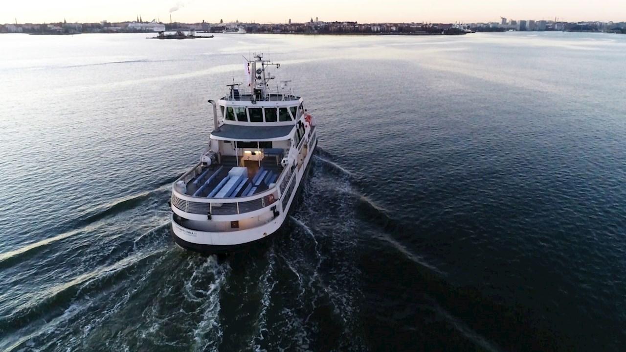 Ferry Suomenlinna II pilotado a distancia por el puerto de Helsinki.