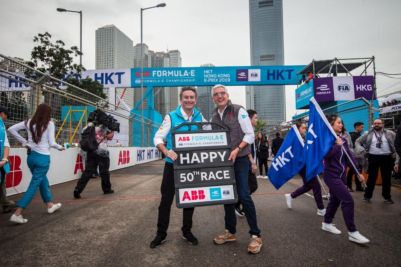 ABB集团CEO史毕福博士与电动方程式创始人兼CEO Alejandro Agag共同庆祝ABB国际汽联电动方程式锦标赛第50场比赛在香港开赛