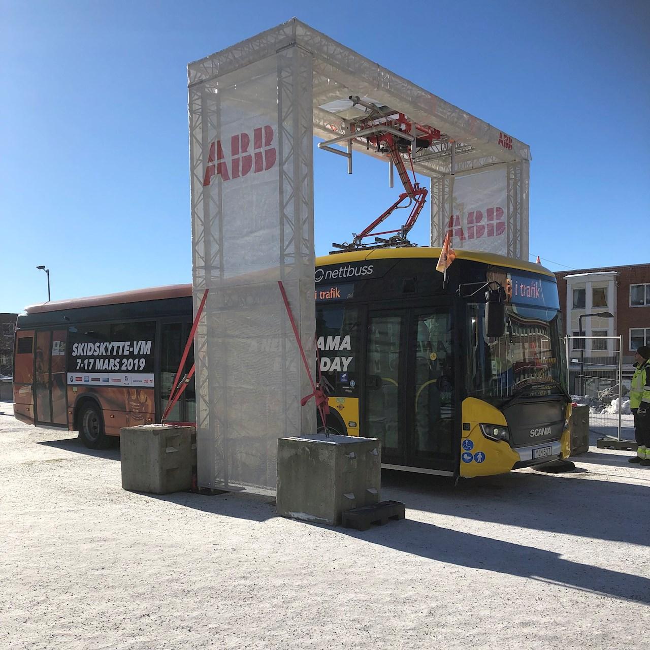 """ABB:s elbussladdare håller Östersunds första elbusslinje rullande. Under skidskytte-VM körs åskådare med elbuss från centrala Östersund till skidstadion, och på Stortorget kan man se ABB:s elbussladdare """"in action""""."""